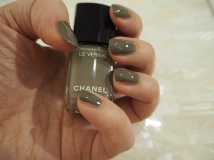 Chanel Le Vernis Garconne nail polish nail varish review swatch